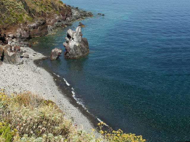 Casa vacanza la roccia salina isole eolie case vacanze for Schierandosi dalla roccia in casa