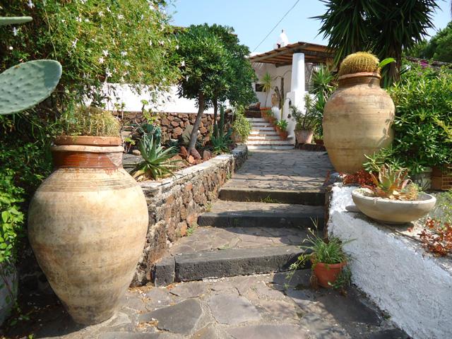Le foto di villa lingua salina isole eolie case per for Ingressi esterni di ville